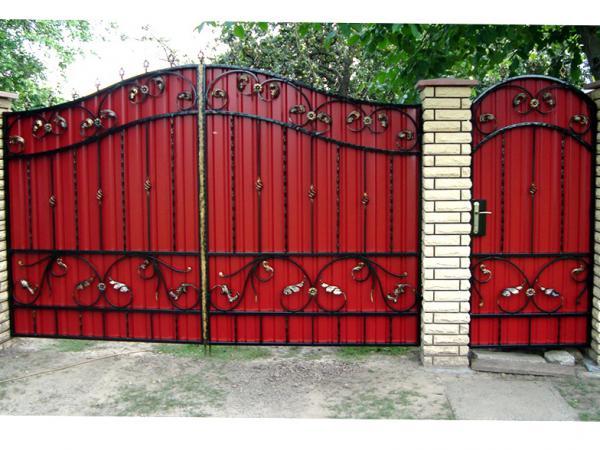 Ворота из профлиста с элементами ковки своими руками